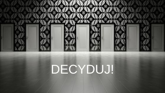 Dużo drzwi z napisem decyduj